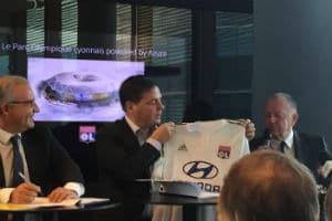 Jean-Michel Aulas, président de l'OL, a offert un maillot de son club à Alain Crozier, patron de Microsoft FrancE. © Charlie Perreau