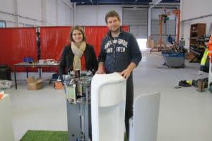 Les fondateurs de Green Creative avec le prototype de R3D3, la poubelle connectée. © Green Creative