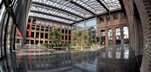 Créé en 2009, le pôle d'activités lillois Euratechnologies est encore jeune. Mais il est déjà suffisamment attractif pour qu'IBM y installe son nouveau centre de services. Le site réunit des acteurs de toutes tailles de l'économie numérique pour y faire émerger des synergies et favoriser l'innovation.