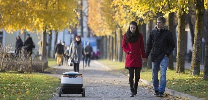 Ici, Starship, un petit robot de livraison à six roues ou « drone sol » qui peut livrer sur un rayon de 3 km en moins de 30 minutes près de 10 kg. ©  Starship Technologies