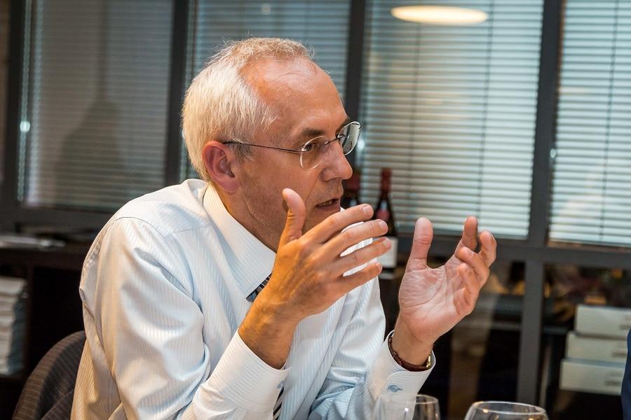 Marc Mencel, DSI – Nexter-group « Aujourd'hui, les entreprises doivent comprendre les attentes des clients et de manière agile adapter les produits à la demande du marché. Cela s'appuie sur la capacité à innover de l'entreprise, apportée notamment par la car les modèles industriels évoluent de plus en plus vers des services reposant sur les systèmes d'informations. Or, les technologies d'informations ne sont pas, à ce jour, le premier axe de développement d'une entreprise. Il est important que chacun comprenne la nécessité d'être à l'écoute des acteurs de l'entreprise, notamment la DSI qui par son positionnement transverse et la connaissance des métiers de l'entreprise, peut être une force de proposition et le vecteur d'innovation. Si la DSI est intégrée aux instances de décisions, elle peut apporter son savoir-faire et contribuer efficacement au développement de l'entreprise.»