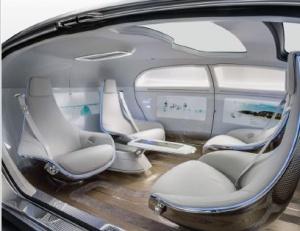 La première Mercedes Benz autonome sortira dès 2018 grâce à la technologie Nvidia. Ces sièges peuvent pivoter pour se faire face.