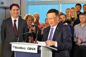 John Chen, PDG de BlackBerry, et Justin Trudeau, Premier ministre canadien, lors de l'inauguration du centre de recherche du groupe dédié aux véhicules sans conducteur, à Ottawa (Canada), fin 2016.