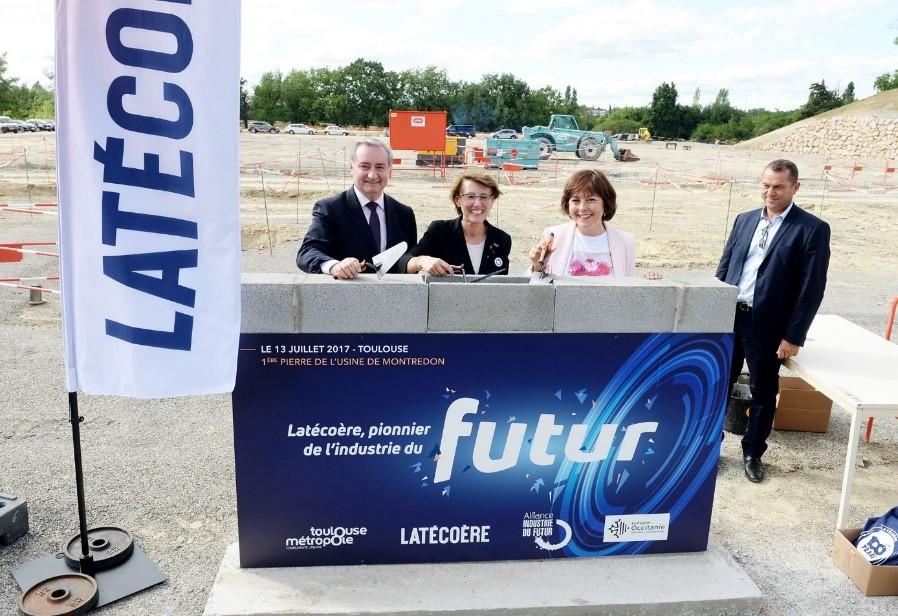 13 juillet 2017. De gauche à droite : Jean-Luc Moudenc (maire de Toulouse), Yannick Assouad (directrice générale du groupe Latécoère) et Carole Delga (présidente de région) lors de la pose de la première pierre de la future usine 4.0 de Latécoère à Toulouse-Montredon. (DR)