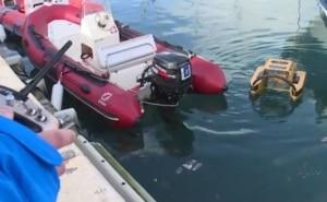 En rodage à Cassis (Bouches-du-Rhône), le 18 janvier dernier, le robot ramasse tous les détritus qu'il rencontre lors de ses allées et venues dans le port.