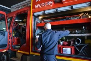 Chaque pompier vérifie le matériel avant de commencer une journée d'intervention.