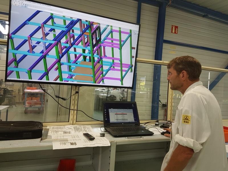 Dans le bureau d'études, la projection numérique permet aux opérateurs de visualiser les pièces par couleur en fonction de leur taille et leur référence. ©CGM