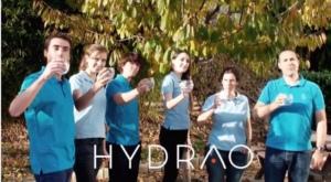 L'équipe d'Hydrao a conçu un pommeau de douche connecté qui permet de surveiller la consommation d'eau en temps réel grâce à son application mobile et aux coloris qui changent en fonction du volume d'eau utilisé. ©Hydrao