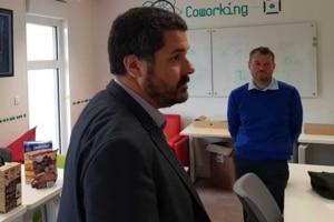 Thierry Lefort (1er plan) et Axel Mery, en charge du pilotage du Centre d'excellence (CoE) en IA de Fujitsu France, sur le Plateau de Saclay.