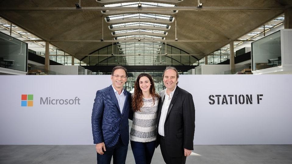 Le 20 juin 2017, Microsoft a rejoint Station F, notamment pour accompagner les start-up en intelligence artificielle. A l'époque, Vahé Torossian (à gauche sur la photo) était président de Microsoft France, ici avec Roxanne Varza, directrice de Station F et Xavier Niel, le fondateur du « plus grand incubateur du monde ».