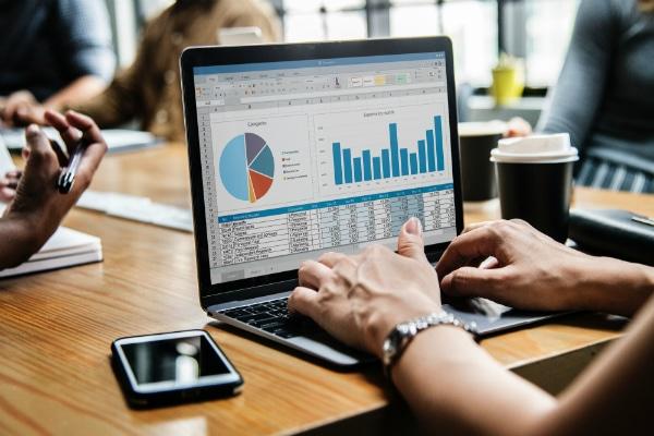 AddWorking permet de simplifier les tâches de gestion de l'entreprise grâce à la digitalisation et l'automatisation des flux (administratifs, contractuels, commandes et paiements), mais également de sécuriser sa relation avec ses ressources externes via un monitoring constant des risques juridiques.