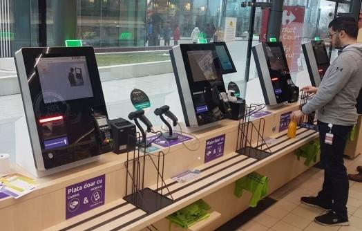 Carrefour Roumanie teste, depuis le mois dernier, un système de paiement biométrique par reconnaissance digitale dans son supermarché Skanska de Bucarest. Ce mode de paiement est proposé aux caisses classiques et automatiques du magasin.