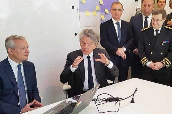 Assis, Bruno Le Maire, ministre de l'Economie et des Finances, et Thierry Breton, PDG d'Atos. Debout, Arnaud Bazin, sénateur du Val-d'Oise, Benjamin Chkroun, conseiller régional d'Ile-de-France et Jean-Yves Latournerie, préfet d'Ile-de-France.