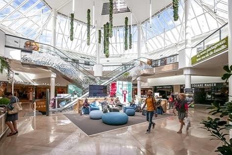 Centre Commercial Orléans, Place d'Arc, intégralement rénové en 2018, crédit Shoootin