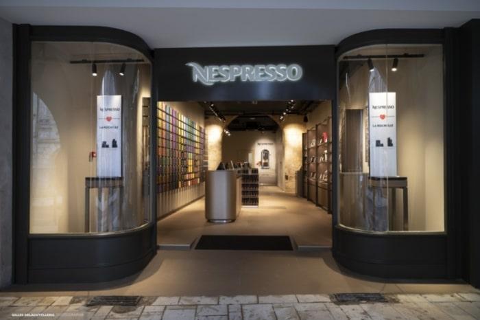 Début 2019, Nespresso a inauguré une boutique à La Rochelle (photo), la 5ème dans le Sud-Ouest, en partenariat avec le Groupe Bertrand qui vise à créer un réseau de boutiques en régions (initié en 2017). Celle-ci intègrera un espace recyclage. Une fois les capsules collectées, le marc et l'aluminium (100% recyclable) sont séparés, puis réutilisés : biogaz et compost pour le marc ; nouveaux objets comme des voitures, vélos et… autres capsules Nespresso pour l'aluminium.