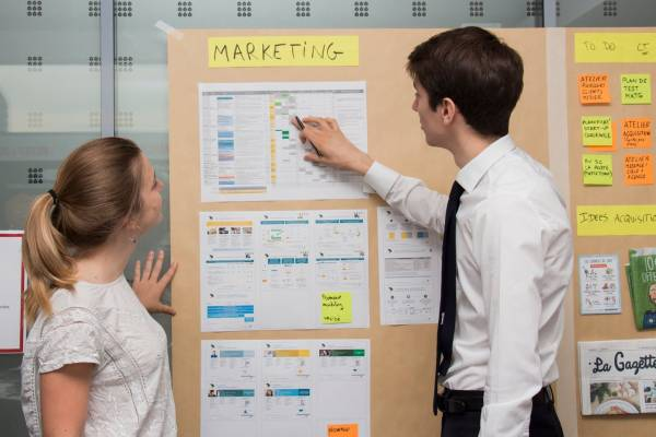 Réunion de travail autour de l'expérience client (groupe La Poste).