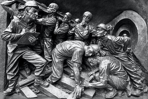 Ce que Marx voit demeure : le travail est la clé de voûte de nos sociétés.