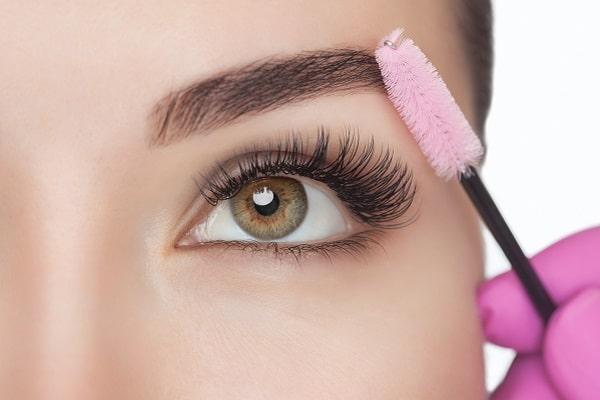 Le port du masque a entraîné une chute du recours au rouge à lèvres — 44 % des femmes affirment ne plus en porter selon une récente étude conduite par Slow Cosmétiques — au profit du maquillage pour les yeux et des produits d'hygiène.
