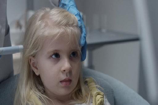 """Black Mirror, Saison 4, Épisode 2 """"Archange"""" : Une mère inquiète pour la sécurité de sa fille équipe celle-ci d'un implant de surveillance pour la localiser, voire flouter ce qu'elle pourrait voir de violent."""