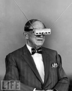 Hugo Gernsback présentant ses lunettes de télévision en 1962 pour le magazine Life.