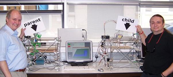 Tout le plastique de la machine de droite a été imprimé par la machine de gauche. Adrian Bowyer (à gauche) et Vik Olliver (à droite) sont des membres du projet RepRap.
