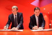 Alain Crozier, Président de Microsoft France et François Lamy, Ministre délégué à la Ville, ont signé ce mardi matin une convention en faveur des jeunes des quartiers prioritaires.