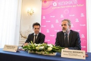 Sébastien Missoffe, directeur général de Google France (à droite), était présent à Angers pour la signature du partenariat avec le sénateur-maire LR Christophe Béchu. Photo : Thierry Bonnet/ville d'Angers
