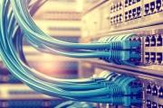 Qu'est ce que le SD-WAN ? Vous connaissiez le LAN (Local Area Network) et le WAN (Wide Area Network) quand le réseau est étendu. Mais quelle réalité se cache derrière l'acronyme SD-WAN ? Derrière ces cinq lettres se cache une nouvelle façon de concevoir la gestion des réseaux de l'entreprise dans une optique d'optimisation permanente. Le principe est finalement assez simple. Il s'agit de s'appuyer sur un environnement logiciel qui permet de piloter en continu la façon dont l'ensemble des liens (ADSL, VDSL, Fibre optique, 4G) sont exploités pour chacune des activités réseaux de l'entreprise et pour l'ensemble de ses sites et ce au niveau applicatif. SD-WAN : décryptage… SD correspond à Software Defined. Le logiciel permet d'attribuer la bande passante en fonction des besoins du nombre ou du type d'utilisateurs, des applications concernées et bien d'autres critères. L'ensemble de ces critères peut être pris en compte, cumulé ou combiné de sorte que les activités stratégiques, celles qui permettent à l'entreprise de se développer et d'être agile, disposent de la meilleure connectivité possible en toute circonstance. Entre ROI, flexibilité et efficacité ! Ainsi, le Software Defined WAN constitue une réponse à de nombreuses problématiques réseaux. On peut donc dire que le SD-WAN permet plusieurs actions, parmi lesquelles : L'automatisation de la configuration des équipement (permettant un ROI en coût humain) L'optimisation de l'utilisation des liens physiques (permettant dans ce cas-là un ROI sur le coût des liens) En fonction des besoins, du développement de l'entreprise ou encore du turn-over des équipes, les administrateurs réseau ont toutes les cartes en main pour proposer une qualité de service irréprochable et une réactivité optimale. Taillé pour le cloud computing, le SD-Wan constitue tout à la fois, une perspective de réduction de coûts, de fiabilité, mais aussi et surtout de simplification de la gestion du réseau !