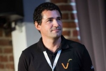 Manuel Davy, 45 ans, est ingénieur Centrale Nantes et docteur habilité à diriger les recherches en machine learning. Il a été chercheur à l'Université de Cambridge et au CNRS et a co-créé une équipe de recherche à Inria Lille. Fondateur de Vekia en 2008, et formé à l'entreprenariat à l'Université de Stanford en 2014, il est président exécutif de Vekia, en charge de la stratégie et du développement.