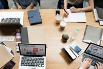 92 à 98 % des questions récurrentes sont traitées automatiquement par TeamBrain, permettant aux utilisateurs d'obtenir une réponse fiable, personnalisée et à jour sans la demander à un collègue.