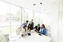Le LiFiMAX est un plafonnier offrant une connexion internet par la lumière à 16 utilisateurs en simultané, sur 28 mètres carrés. Développé pour les entreprises, il propose une connexion sans onde radio, ultra-sécurisée et ultra-rapide. Une démonstration a lieu sur le Salon du Bourget. DR