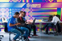 Doté d'un espace de 2000m2, le LLL réunit un collectif pluridisciplinaire de 200 résidents français et internationaux aux profils variés : ONG, startups tech d'intérêt général, équipes de grandes entreprises, missions de service public, économistes, chercheurs, designers et data scientists.